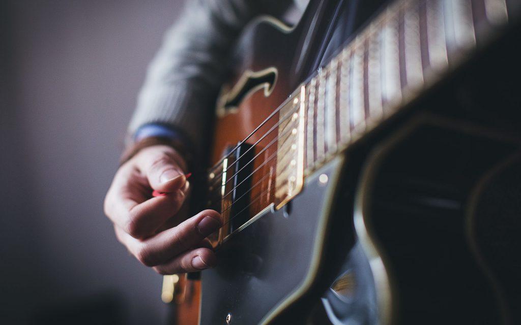 Komponerar musik på gitarr